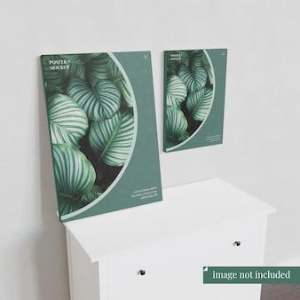 食器棚の上の2つのポスターのモックアップ