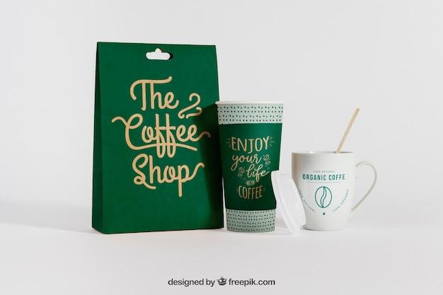 コーヒー袋と2つのカップのモックアップ