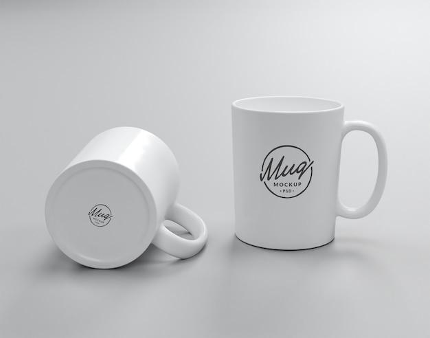 2つの白いマグカップのモックアップ