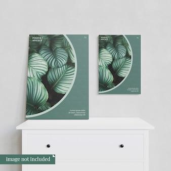 シーン3:食器棚の上の2つのポスターのモックアップ