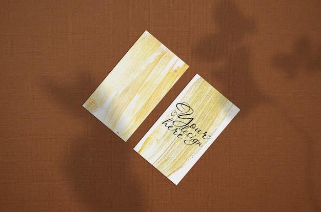 茶色の背景に名刺3.5 x 2インチモックアップ