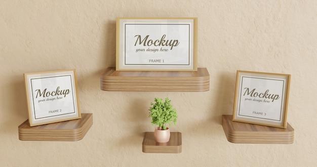 木製の壁の机の上の3つのフレームのモックアップ