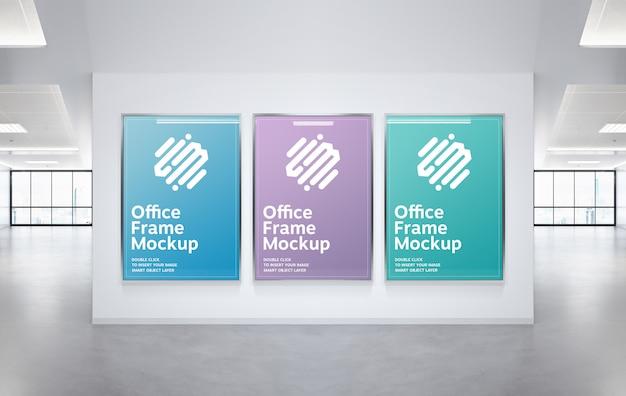 オフィスの壁のモックアップに掛かっている3つのフレーム