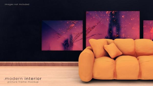 オレンジ色のソファとフローリングの床があるダークブルーの神秘的な部屋にある3つのフォトフレームのモダンな額縁モックアップ。