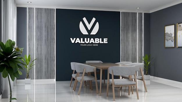 나무 책상과 의자가 있는 사무실 회의 공간의 3d 회사 로고 모형