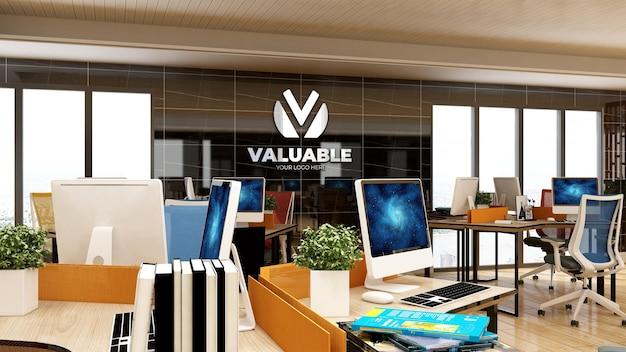 고급 디자인 인테리어가 있는 사무실 작업 공간의 3d 회사 로고 모형