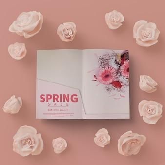 テーブルモックアップの春カードと3 dの花のフレーム