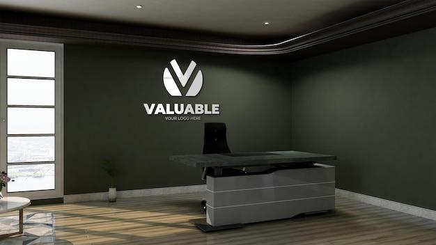 사무실 접수실 벽에 반사 로고가 있는 3d 로고 모형