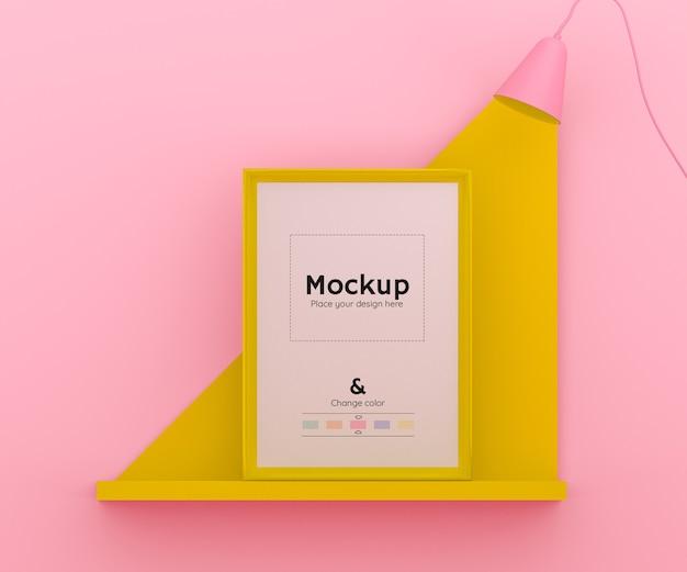 Scena 3d rosa e gialla con una lampada che illumina una cornice su uno scaffale e colore modificabile