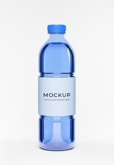 ラベルのモックアップと青い水のボトルの3dレンダリング
