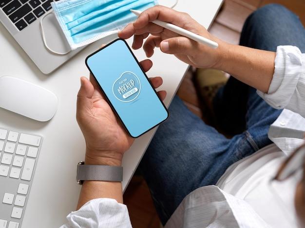 3d-рендеринг домашнего офиса с макетом телефона