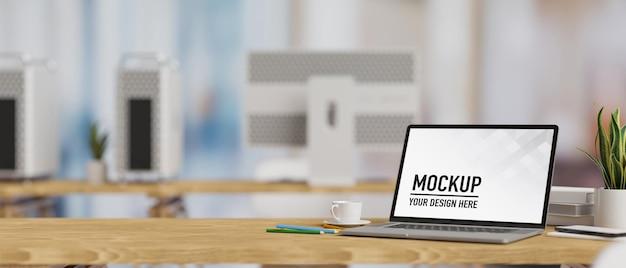 木製のテーブル上のラップトップモックアップ画面の3dレンダリング