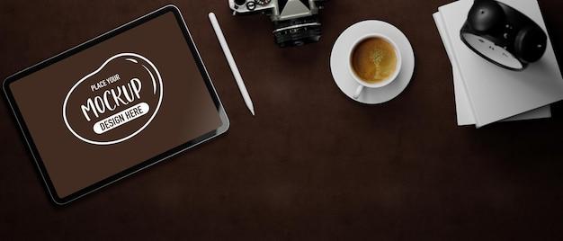 3d-рендеринг макета планшета с камерой и чашкой кофе