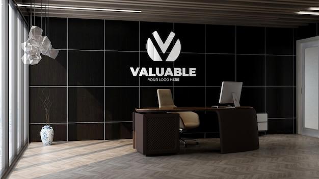 사무실 관리자 벽에 3d 은색 로고 모형