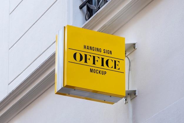 Макет наружной улицы городской цветной квадрат 3d логотип знак висит на стене