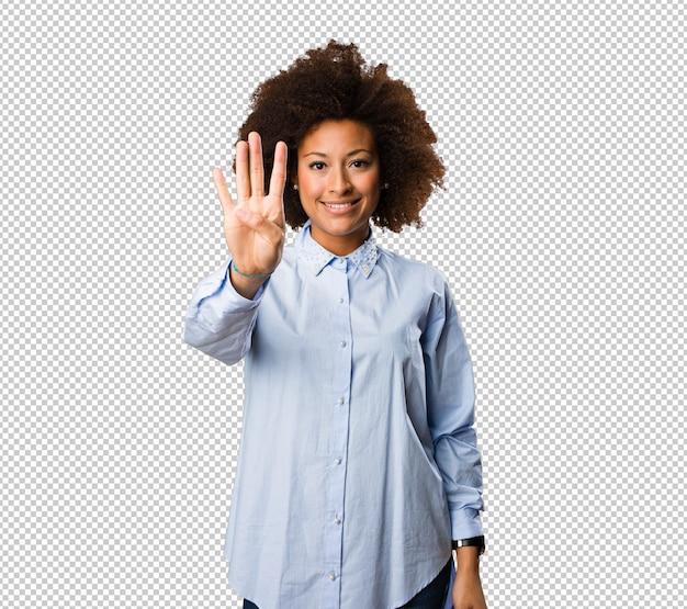 4番のジェスチャーをしている若い黒人女性