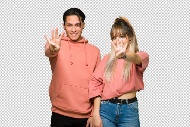 バレンタインの日に若いカップル幸せと4本の指で数える