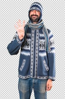 4を数える冬服を持つ男