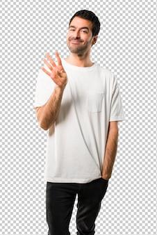 幸せと白い指を使って4つを数える白いシャツと若い男