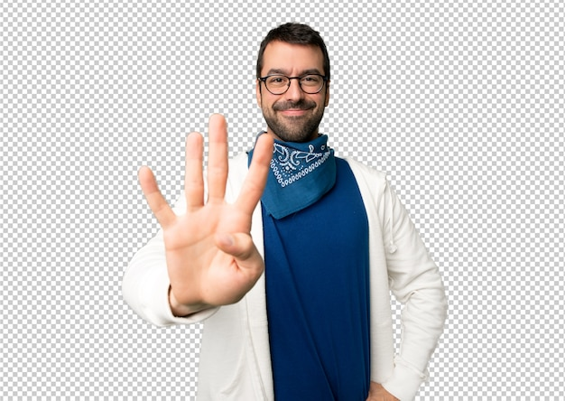 幸せな眼鏡と指で4つを数えてハンサムな男