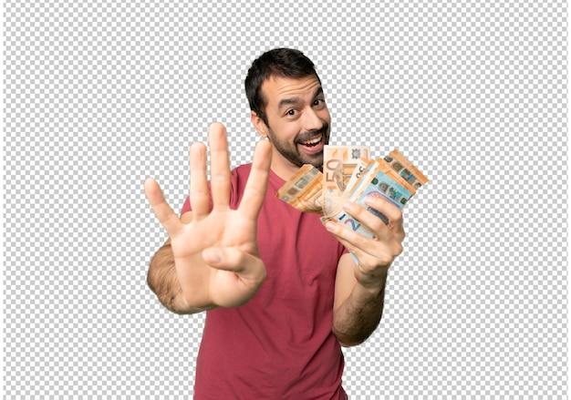 幸せなたくさんのお金を取って、指で4つを数える男