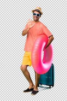 彼の夏休みに指で5を数える帽子とサングラスを持つ男
