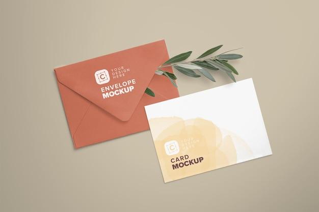 Мокап карточки 5x7 дюймов на конверте с заправленной веткой оливкового дерева