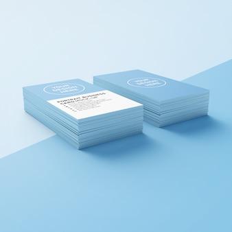 編集可能なダブルスタック90 x 50 mmリアルなプレミアムポートレート名刺モックアップデザインテンプレート、低視点ビュー
