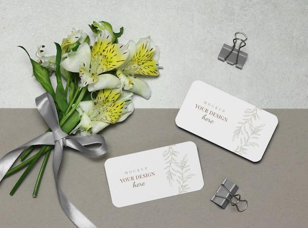花のモックアップ名刺、灰色のベージュ色の背景上のリボン