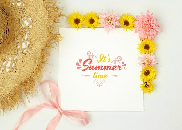 麦わら帽子と花の夏のモックアップ