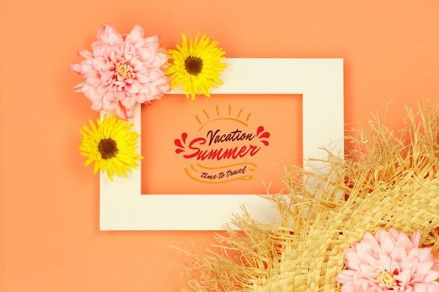 Летняя рамка макета с соломенной шляпе на оранжевом фоне