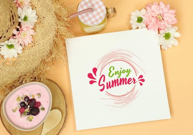 Летняя рамка макета с соломенной шляпой и десертом