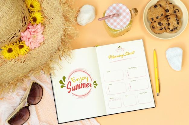 オレンジ色の背景上の夏のモックアップノート