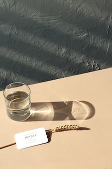 モックアップ名刺、小麦、ベージュ色の背景上のガラス