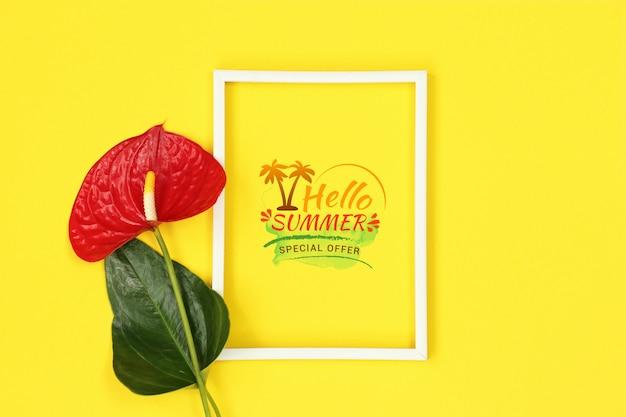 赤い花と夏の黄色のモックアップフレーム