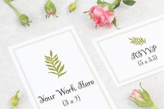 花とモックアップのウェディングカード