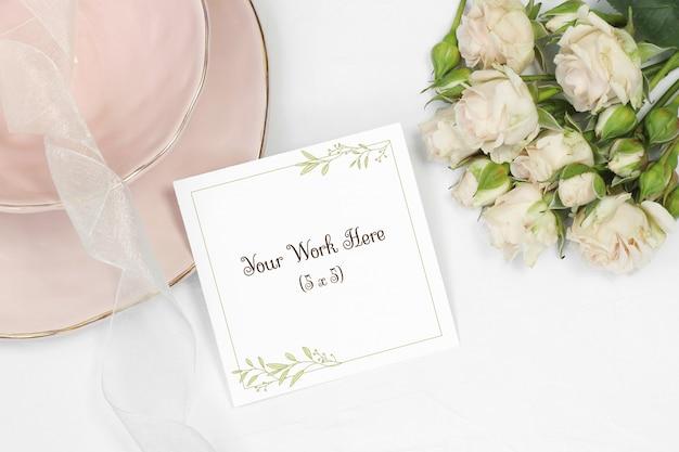 花束ベージュバラと白い背景の上のありがとうカード
