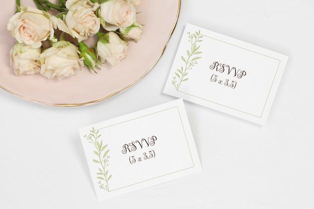 フラットレイモックアップの招待カードと番号カード