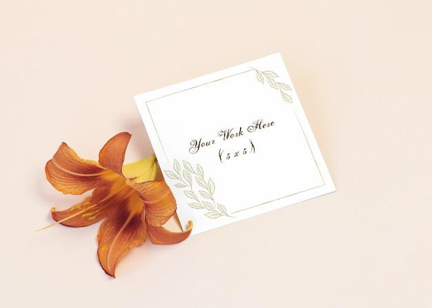 オレンジ色のユリのモックアップの招待状
