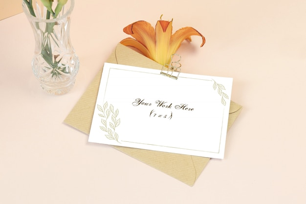 花とモックアップの招待カード