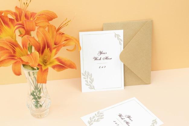 ベージュ色の背景上のモックアップの招待カード