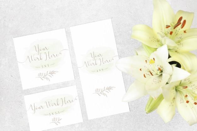 花と結婚式のカードのパッケージ