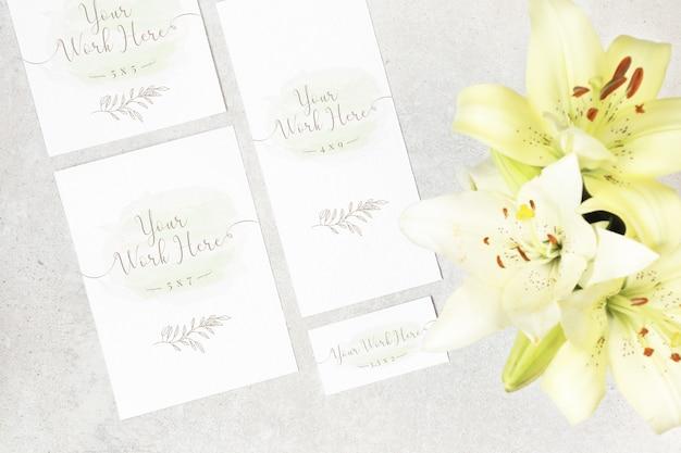 灰色の背景の上に花と結婚式のカードのパッケージ