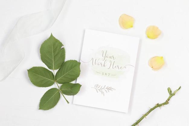 白いリボンとモックアップの招待カード