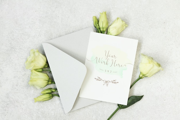 黄色の花の結婚式の招待カードのモックアップ