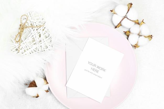 Макет рождественская открытка с хлопком и конверт на тарелке