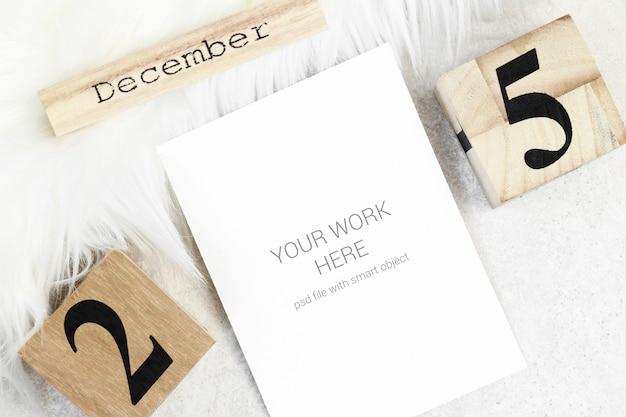 木製のカレンダーとクリスマスモックアップはがき