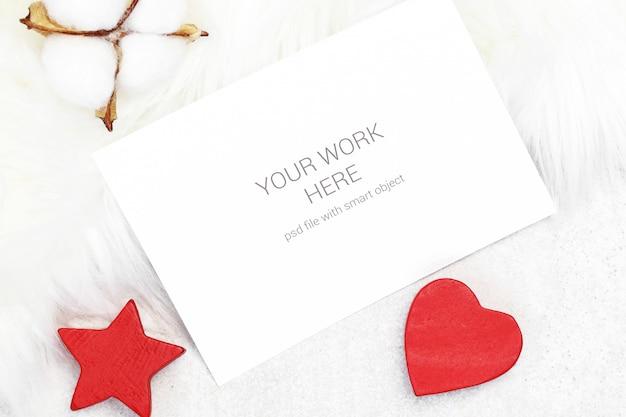 綿と木のおもちゃのモックアップグリーティングカード