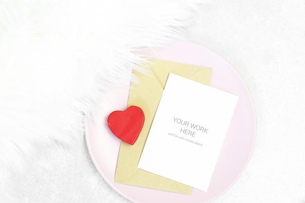 プレート上の封筒とモックアップグリーティングカード