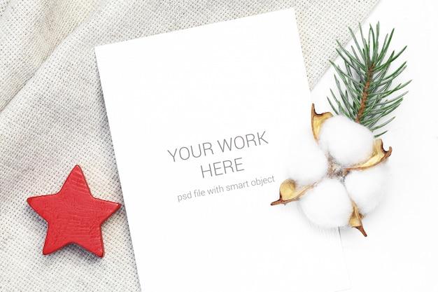 Макет открытки с деревянной звездой и хлопком